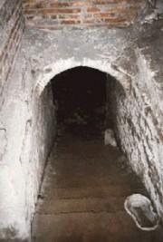 La scala che conduce al livello più basso della basilica