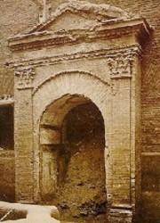 L'antica porta di accesso alla caserma.