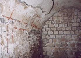 Una sala del livello superiore, con visibili gli affreschi conservati e recentemente restaurati.